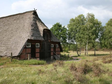 timbered-house-with-thatched-roof-in-the-lueneburger-heide